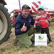 Wie der Vater, so der Sohn: Marco Clees und der dreijährige Len teilen die Leidenschaft zur Landwirtschaft.