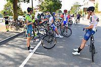 Streik der Fahrer im Ausgang von Remich nach ca. 30km - Skoda Tour de Luxembourg 2020 - 2.Etappe Remich/Hesperange 160,8 Km - Foto: Serge Waldbillig