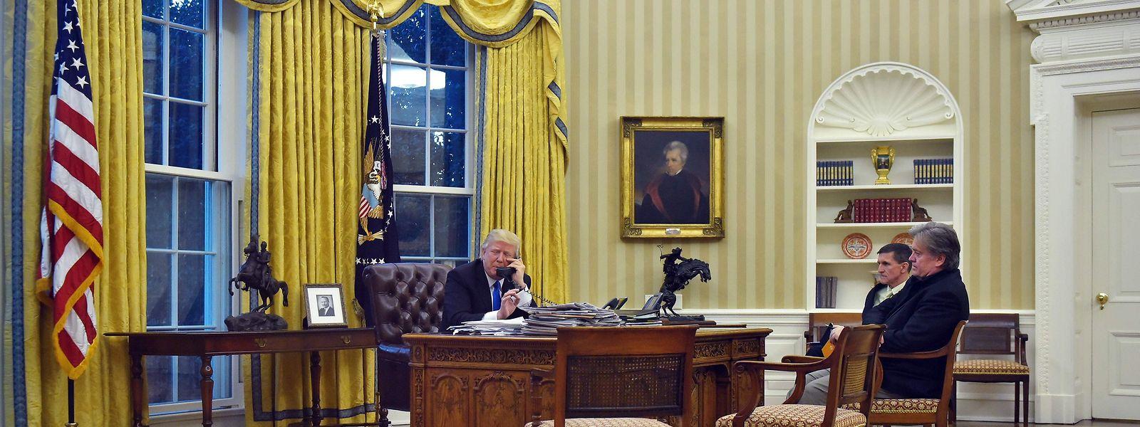 Da war die Welt im Oval Office noch in Ordnung: Trump telefoniert, Bannon (r.) hört zu.