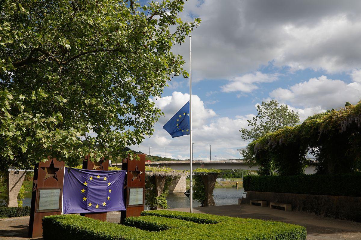 13 Bürgermeister aus der Moselregion haben ihre Europafahnen aus Protest gegen die Grenzschließungen und -kontrollen auf Halbmast gesetzt. Im Bild: Schengen.