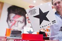 ARCHIV - 07.01.2016, Niederlande, Groningen: ARCHIV- Das Album 'Blackstar' von Pop-Ikone David Bowie ist anlässlich der Aussstellung 'David Bowie Is' im Museumsladen des Groninger Museums zu sehen. (zu dpa Sinatra, Bowie, Pink Floyd: Eine Playlist zum Mondlandungs-Jubiläum) Foto: Vincent Jannink/ANP/dpa +++ dpa-Bildfunk +++