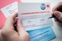 """ARCHIV - ILLUSTRATION - 23.02.2018, Berlin: Die Wahlunterlagen eines Mitglieds der SPD für das SPD-Mitgliedervotum über die große Koalition von SPD und CDU liegen auf einem Tisch. Das Ergebnis der Mitgliederbefragung wird am 04.03.2018 bekannt gegeben.   (zu dpa """"SPD-General sieht keine Spaltung durch GroKo-Votum"""" vom 02.03.2018) Foto: Kay Nietfeld/dpa +++ dpa-Bildfunk +++"""