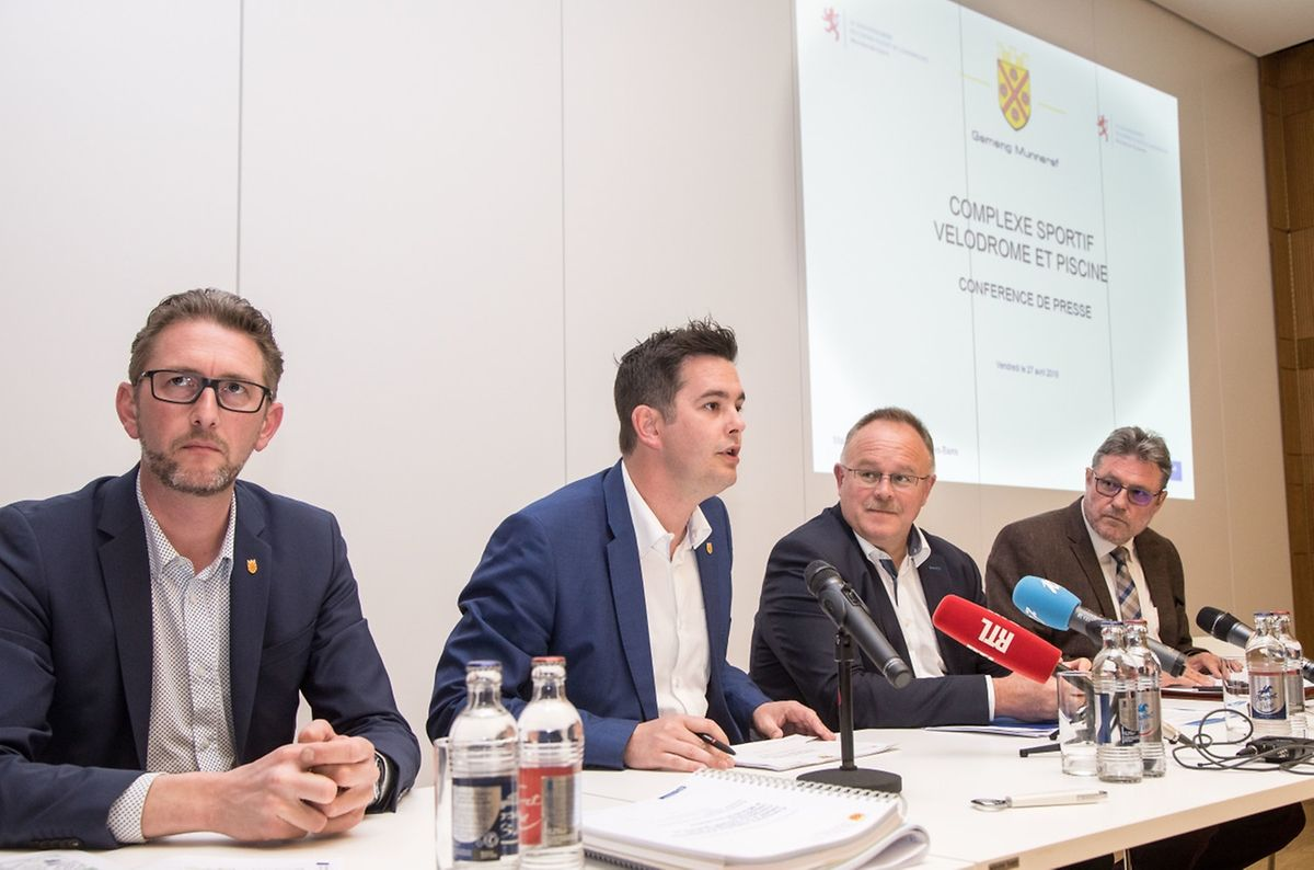 Schöffe Steve Schleck, der Mondorfer Bürgermeister Lex Delles, Sportminister Romain Schneider und ein Mitarbeiter des Sportministeriums (v.l.n.r.).