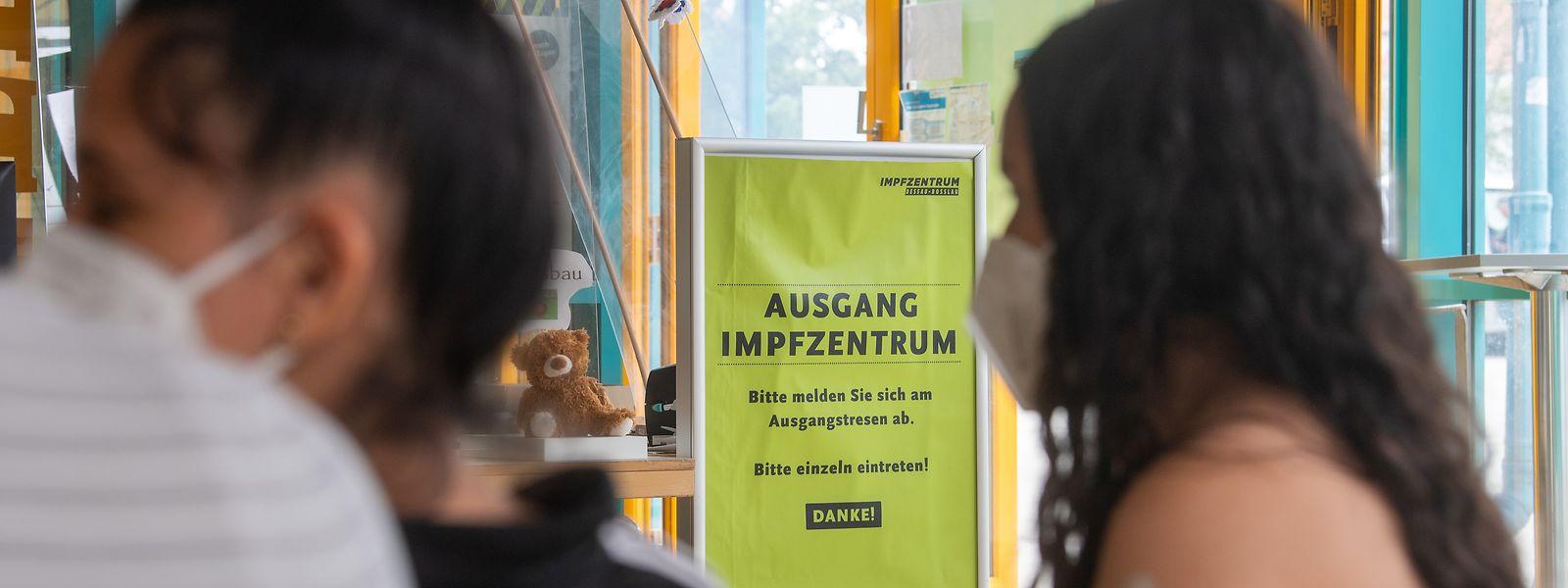 Ein 14-jähriges Mädchen wartet nach seiner Impfung gemeinsam mit den Eltern im Impfzentrum in Dessau-Roßlau in Sachsen-Anhalt.