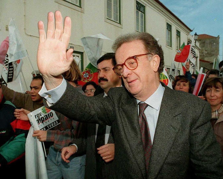 A 08 de janeiro de 1996, o candidato presidencial português Jorge Sampaio acena aos apoiantes durante a sua visita de campanha eleitoral em Mortagua, norte de Portugal.