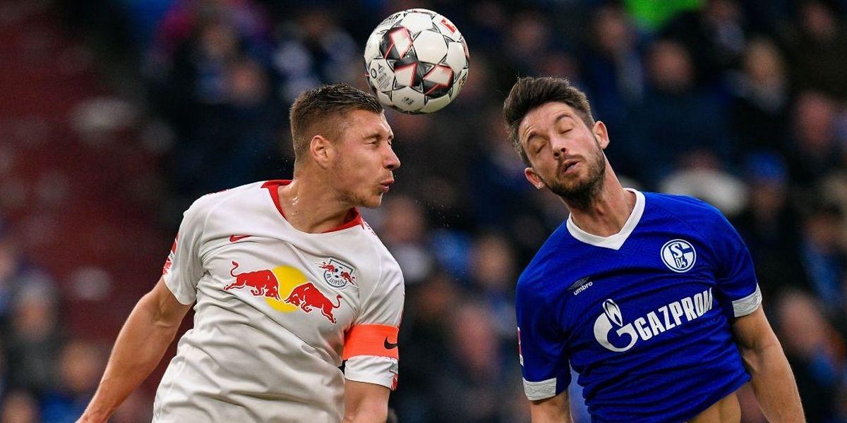 Willi Orban (Leipzig) und Mark Uth (Schalke).