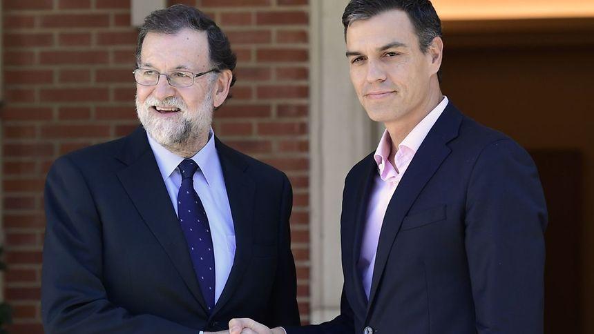 Le chef du Parti socialiste espagnol, Pedro Sanchez (à droite) et le chef du gouvernement conservateur Mariano Rajoy (à gauche) sont d'accord pour étudier une réforme de la Constitution.