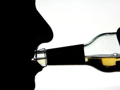 Schlechte Nachrichten für alle, die sich gerne ein Gläschen gönnen: Selbst eine kleine Menge Alkohol kann dem Gehirn Schaden zufügen.