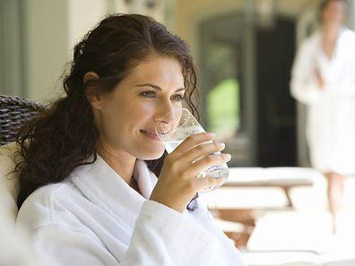 Der Genuss von Heilwasser kann sich positiv auf die Gesundheit auswirken.