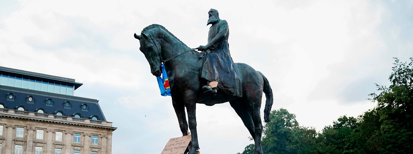 """""""Black Lives matter""""-Proteste im Juni in Brüssel: Am Sockel des Monuments von Leopold II. haben Teilnehmer an der Kundgebung Feuer gelegt."""