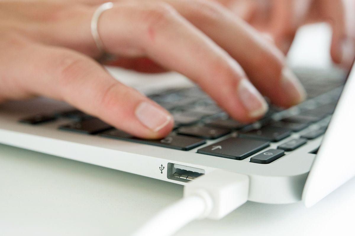 Die übliche Extrawurst: Beim Macbook von Apple läuft die Verbindung zum Monitor über den sogenannten Thunderbolt-Anschluss.
