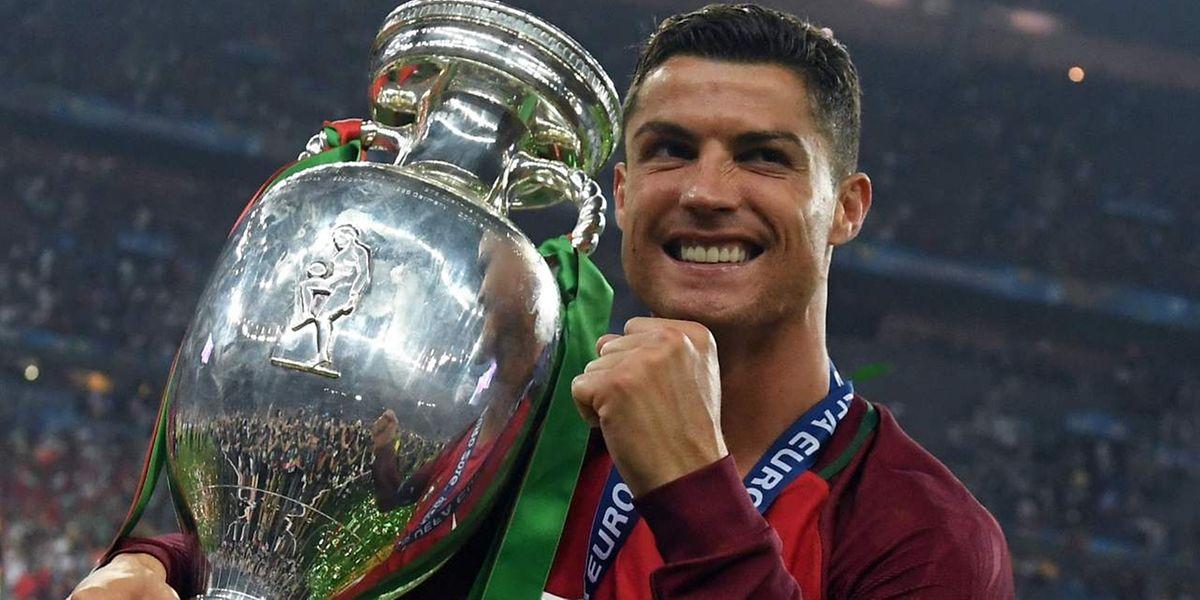 Cristiano Ronaldo, com o troféu conquistado no Euro2016