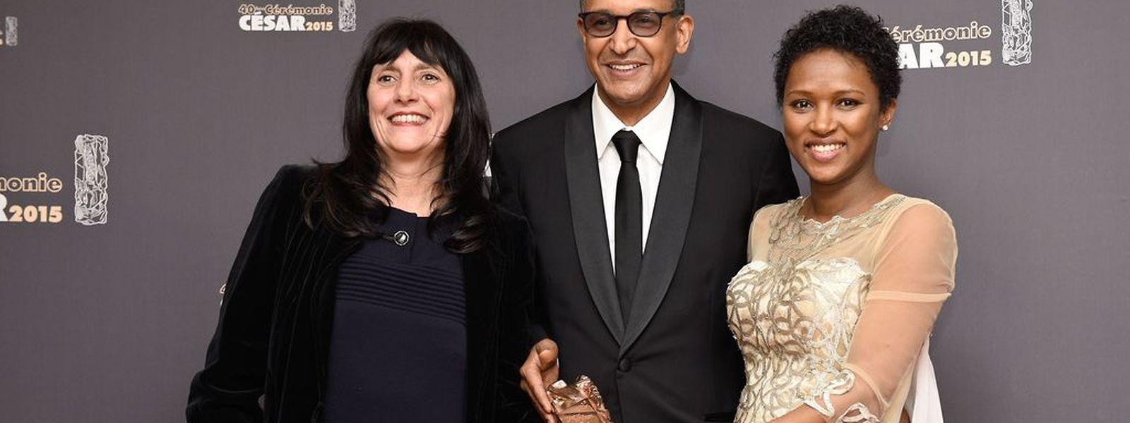 """Die französische Produzentin von """"Timbuktu"""" Sylvie Pialat, der mauritanische Regisseur Abderrahmane Sissako und die Drehbuchautorin Kessen Tall freuen sich über ihre Trophäe."""