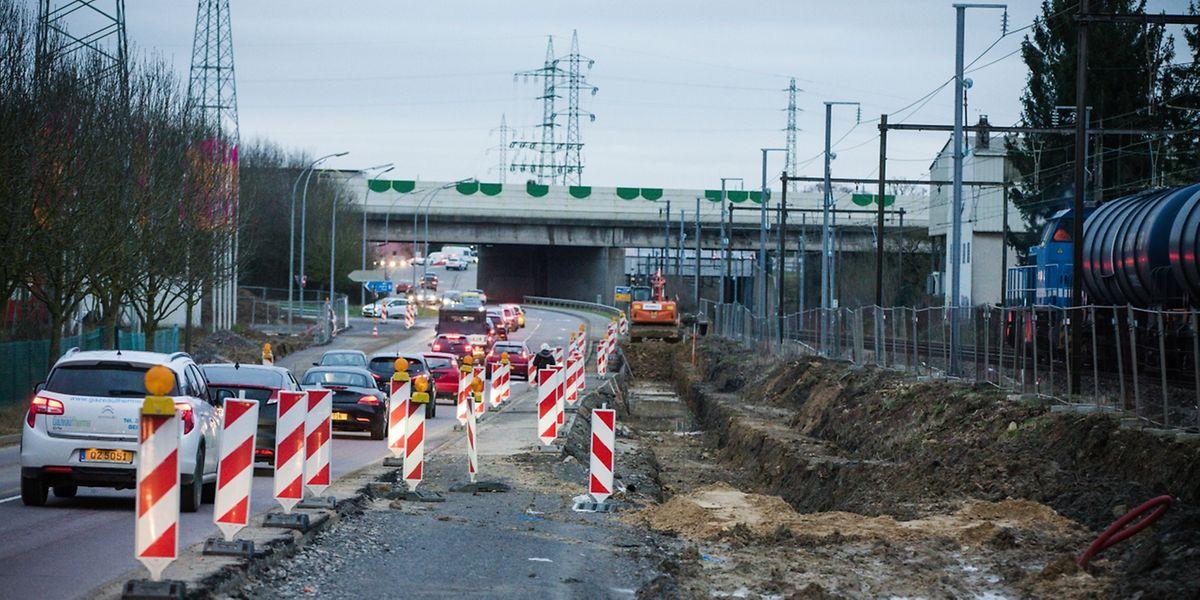 Die aktuell nur 50 Meter lange Zufahrt von der Aktivitätszone Bourmicht zur A6 in Richtung Luxemburg-Stadt/Gaspericher Kreuz wird verlängert und der Bürgersteig verbreitert.