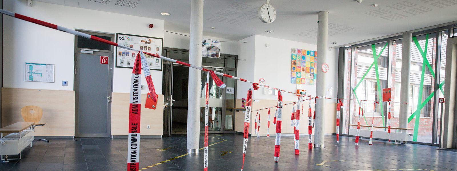 So sieht der Eingang der Schule in Fousbann neuerdings aus. Die Absperrungen zielen darauf hin, dass Schüler aus den verschiedenen Stockwerken sich nicht über den Weg laufen.