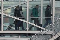"""17.01.2021, Brandenburg, Schönefeld: Kremlgegner Alexej Nawalny und seine Ehefrau Julia, die mit einem Flugzeug der der Fluggesellschaft """"Pobeda"""" zurück nach Moskau fliegen wollen, steigen ins Flugzeug. Nawalny hielt sich für die Behandlung nach seiner Vergiftung für fast fünf Monate in Deutschland auf. Der 44-Jährige gilt als der prominenteste Gegner des russischen Präsidenten Putin. Nawalny will seinen politischen Kampf gegen Putin fortsetzen. Foto: Michael Kappeler/dpa +++ dpa-Bildfunk +++"""