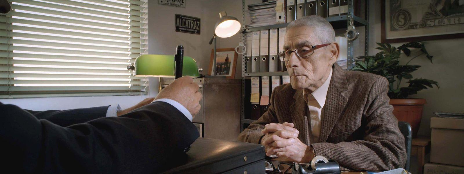 Sergio Chamy, 83 Jahre alt, wird in ein chilenisches Altenheim eingeschleust.