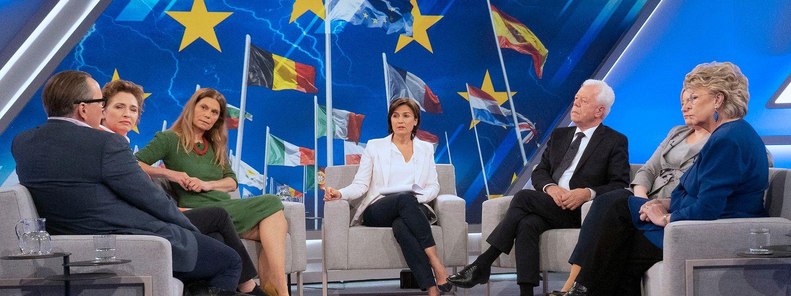"""V.l.n.r.: Dirk Schümer (Europakorrespondent der """"Welt""""), Nicola Beer, (FDP Spitzenkandidatin), Sarah Wiener (TV-Köchin und Grünen-Kandidatin), Udo van Kampen (langjähriger EU-Korrespondent), Aleksandra Rybinska (polnische Journalistin), Viviane Reding (ehemalige EU-Kommissarin)."""