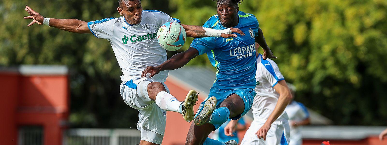 Drôle de pas de deux pour Laurent Mendy (F91 Dudelange, en bleu, à dr.) et Henrique Da Silva (Racing, à g.) dimanche au stade Jos Nosbaum