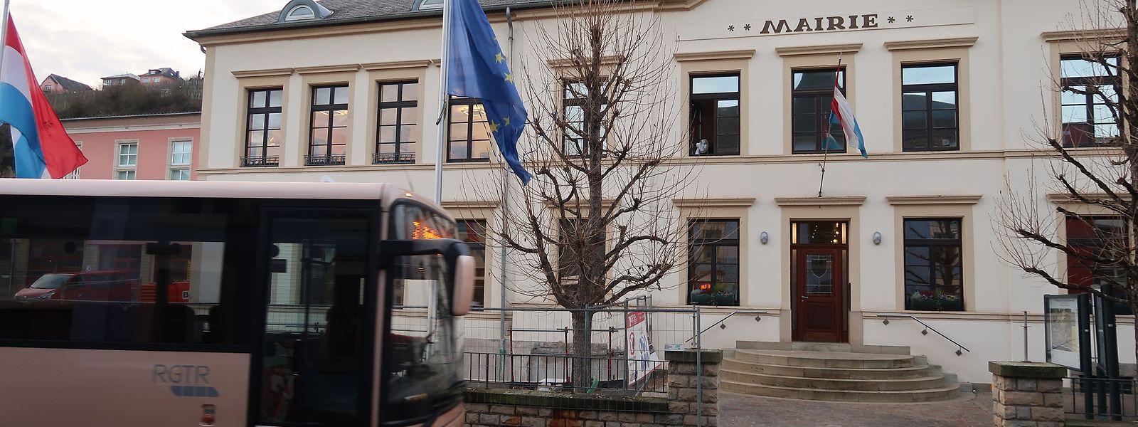 Bushaltestelle am Rathaus Wormeldingen: Abseits der Hauptachsen müssen Nutzer Umwege in Kauf nehmen