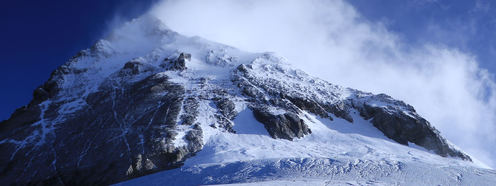 """Blick vom Südsattel auf den Südgipfel und den sogenannten """"Balkon"""" des Mount Everest."""