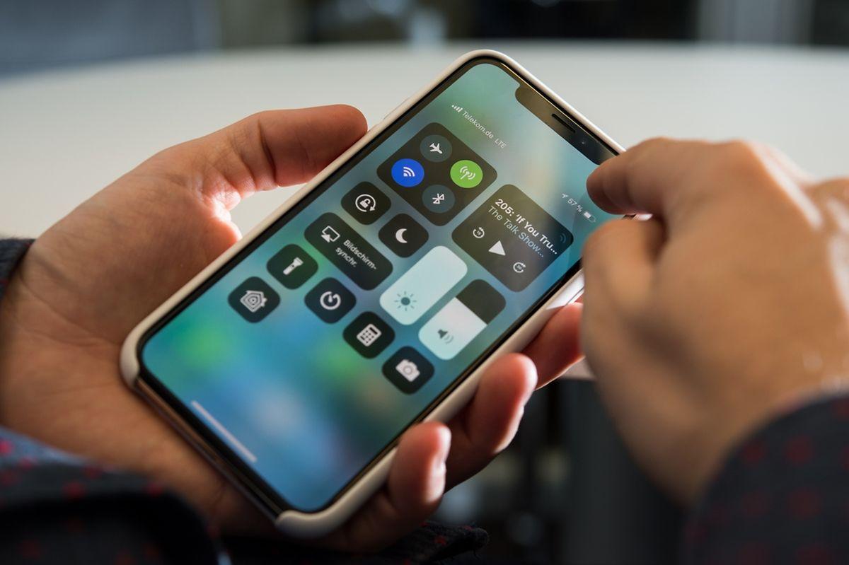 Das Kontrollzentrum des Geräts rufen iPhone-X-Nutzer jetzt mit einem Wisch von der oberen rechten Bildschirmecke aus auf.