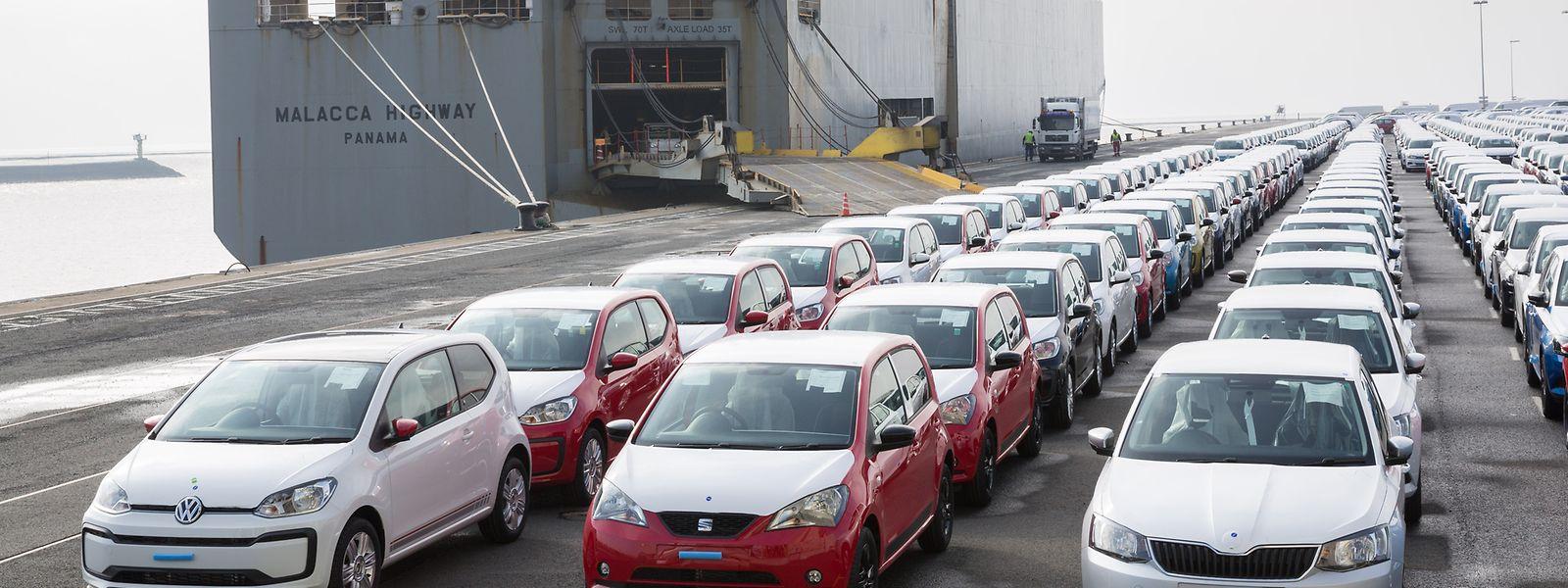 Bereit für den Export: Fahrzeuge des Volkswagen-Konzerns im Hafen von Emden vor der Verschiffung.
