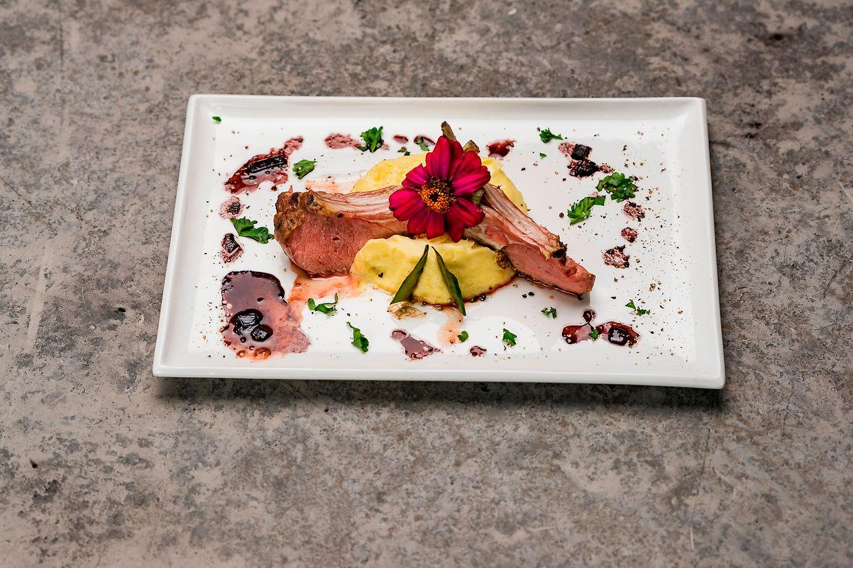 """Luc Hoffmann kochte bei """"Masterchef"""" ein Lammkotelett mit Kartoffelpüree in Rotweinsauce."""