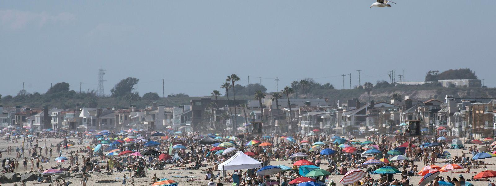 USA, Newport Beach: Die Menschen versammeln sich trotz Ausgangsbeschränkungen während der Coronavirus-Pandemie am Strand. Daher wurden diese nun wieder geschlossen.
