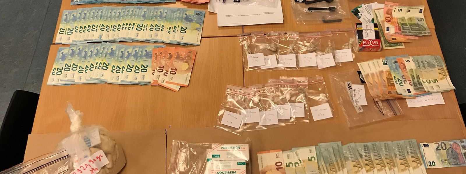 Kokain, Heroin, Bargeld und Mobiltelefone wurden beschlagnahmt.