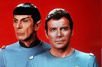 """ARCHIV - 20.11.1979, ---: William Shatner (r) als Captain James T. Kirk, Commander des Raumschiffes Enterprise, und Leonard Nimoy als Crewmitglied Spock vom Planeten Vulkan (Foto aus dem Jahr 1979). Die «Star Trek»-Ikone William Shatner soll am Mittwoch (15.30 Uhr MESZ) erstmals wirklich ins All fliegen.(zu dpa """"Mit Bezos-Kapsel: «Star Trek»-Ikone soll wirklich ins All abheben"""") Foto: dpa +++ dpa-Bildfunk +++"""