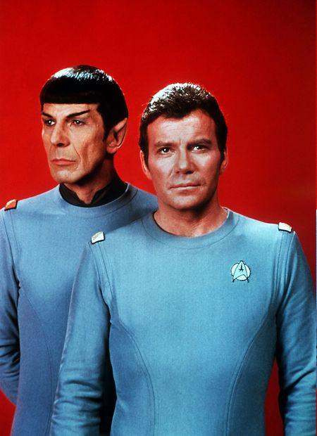 So kannten ihn einst Millionen: William Shatner (r) als Captain James T. Kirk, Commander des Raumschiffes Enterprise, und Leonard Nimoy als Crewmitglied Spock vom Planeten Vulkan (Foto aus dem Jahr 1979).