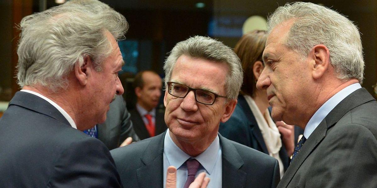 Jean Asselborn (esq.), à conversa com o ministro do Interior alemão Thomas de Maiziere (centro) e o comissário para as Migrações, Dimitris Avramopoulos
