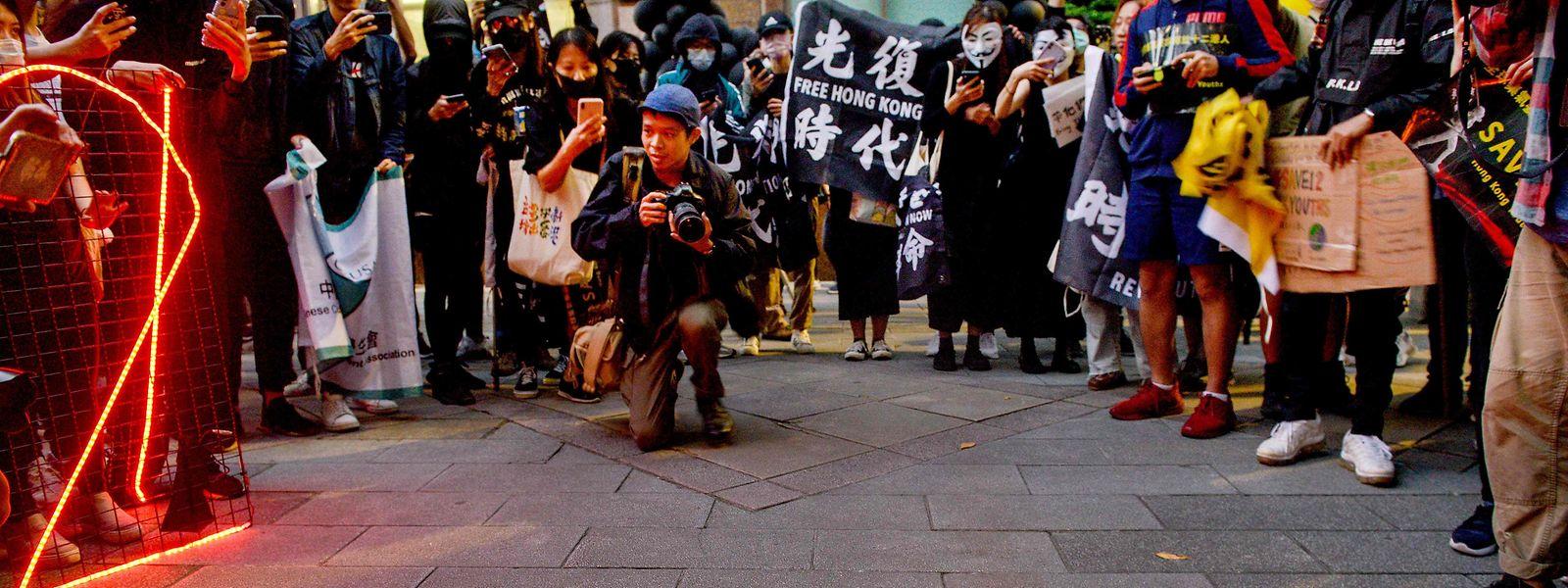 In Taiwan demonstrieren Menschen gegen die Inhaftierung von zwölf Hongkongern in China.