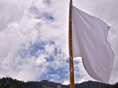 Un drapeau blanc le 26 août à San Miguel, Tolima, en Colombie, l'une des 22 régions où les anciens rebelles Farc seront installés après la signature de l'accord de paix.