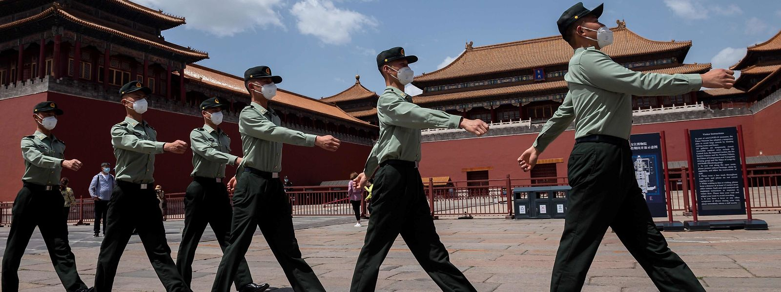 Parade masquée devant la Cité interdite à Pékin.