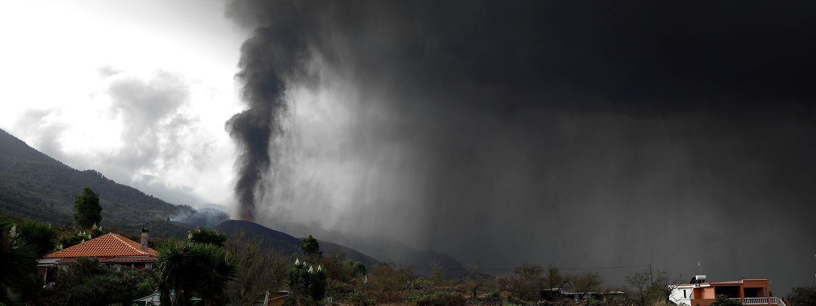 Der Vulkan von La Palma stößt eine Wolke aus Asche und Schwefeldioxid aus.