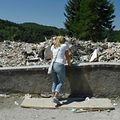 Amatrice: Eine Frau steht vor den Trümmern eines der vielen zerstörten Häuser.