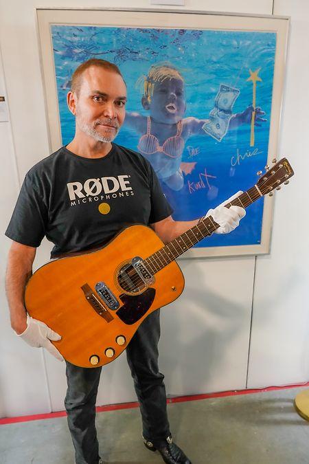 Dieses von dem Auktionshaus Julien's Auctions zur Verfügung gestellte Bild zeigt Peter Freedman, Chef der australischen Audiotechnik-Firma Rode Microphones, der für 6 Millionen Dollar eine Kurt-Cobain-Gitarre ersteigert hat.