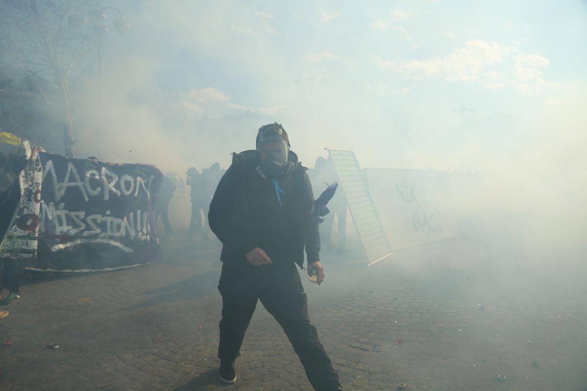 """Ein """"Gelbwesten»-Demonstrant ist in Rauchschwaden gehüllt."""