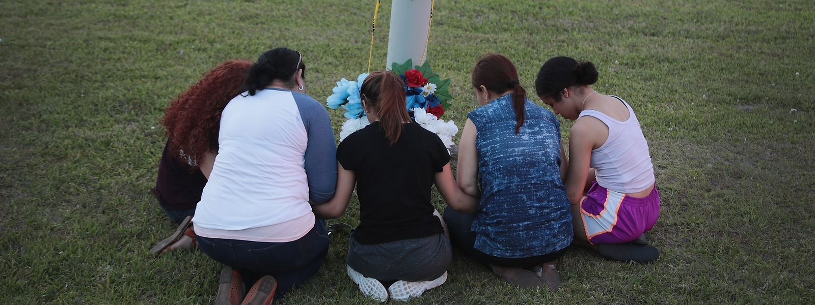 Trauernde Schülerinnen gedenken der Opfer an der Absperrung des Tatortes.