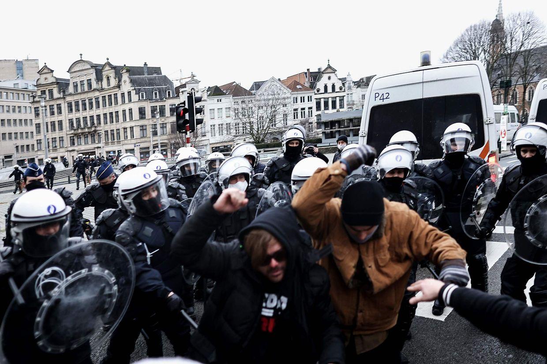 Dimanche, devant la gare centrale de Bruxelles, la police a interpellé plusieurs personnes participant à une manifestation interdite.