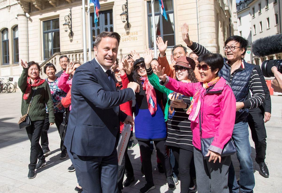 Xavier Bettel et des touristes chinois devant la Chambre des députés