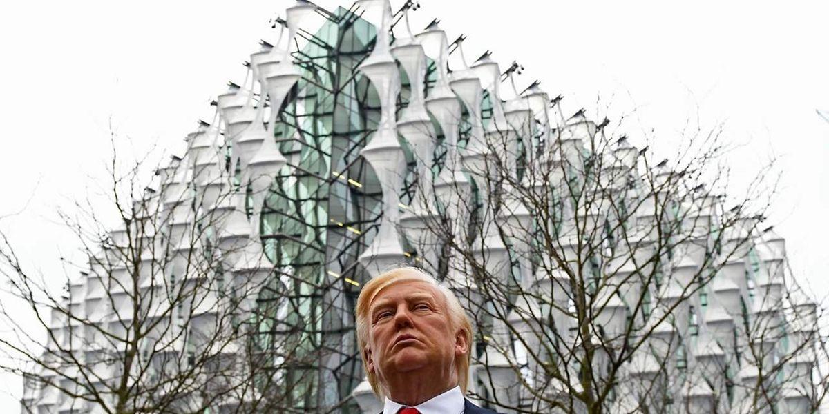 Das Wachsfigurenkabinett Madame Tussauds stellte eine Trump-Figur vor der neuen US-Botschaft in London auf.