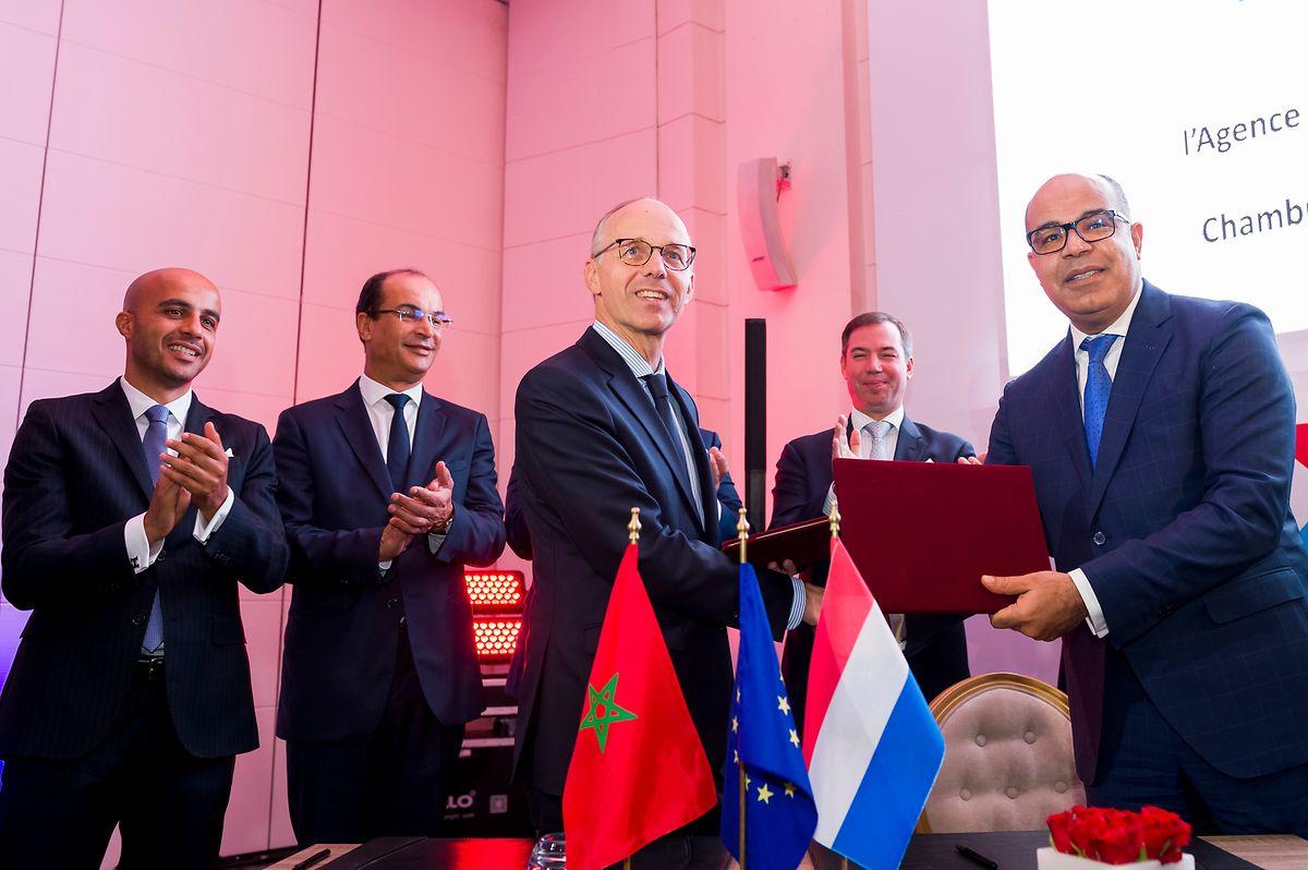 Handelskammerpräsident Luc Frieden und Mohamed Idrissi Meliani, Generaldirektor der Agence du développement du digital du Maroc unterzeichnen eine Absichtserklärung.