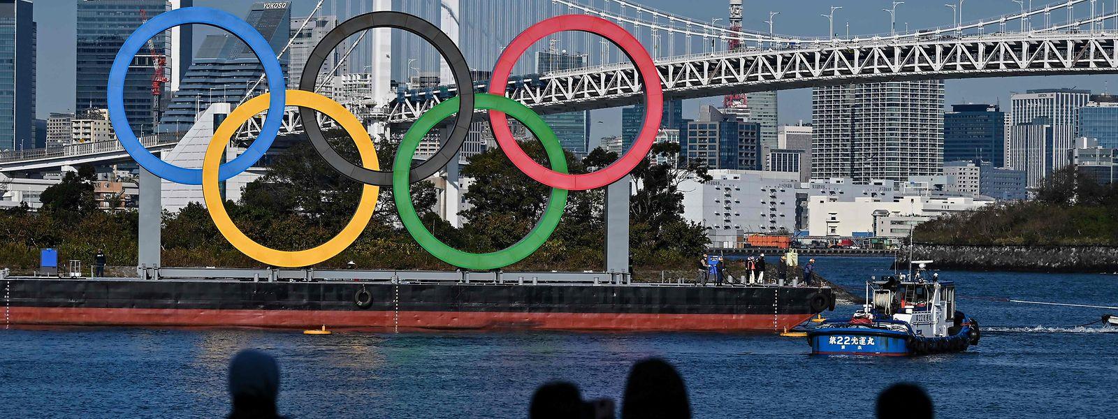 Die Ringe sind ganz in der Nähe der Rainbow Bridge (im Hintergrund) angebracht. Die Olympischen Spiele sollen im Sommer in Tokio über die Bühne gehen.