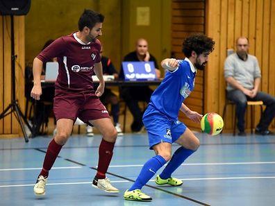 Filipe Da Silva (58 Boys) au pressing de Daniel Marques. Bettembourg a assuré sa qualification en disposant de Garnich.