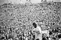 """ARCHIV - 15.08.1969, USA, Bethel: Blick auf die zahlreichen Besucher des legendären Musikfestivals Woodstock. Zwischen Vietnam-Krieg und Bürgerrechtsbewegung trafen sich 1969 rund 400.000 Menschen auf diesem Feld im US-Bundesstaat New York und feierten drei Tage lang friedlich zu Weltklasse-Musik. Das Woodstock-Festival prägte eine ganze Generation. (zu dpa """"Ein Wochenende für die Geschichtsbücher:50 Jahre Woodstock-Festival"""") Foto: UPI/dpa +++ dpa-Bildfunk +++"""