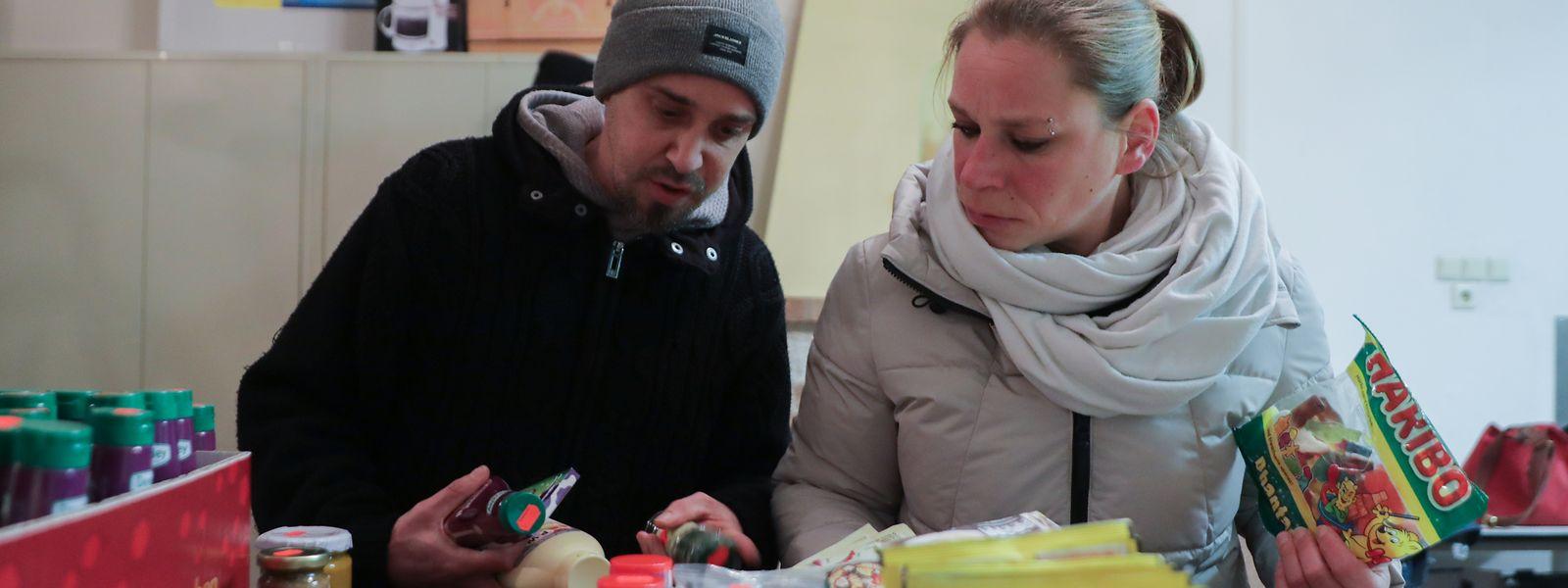 Sven und Fabienne decken sich mit Lebensmitteln ein. Sie finden es großartig, dass die Waren nicht weggeworfen werden.