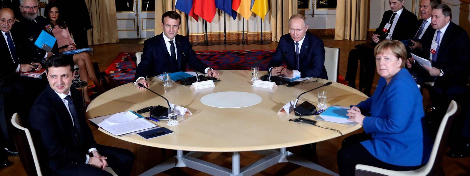 Der ukrainische Präsident Wolodymyr Selenskyj, Gastgeber Emmanuel Macron, Russlands Staatschef Wladimir Putin und die deutsche Regierungschefin Angela Merkel (v.l.n.r.) diskutierten im Élyséepalast.